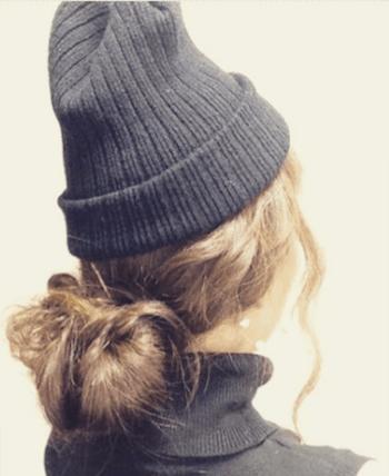 リブ編みニット帽×ボリューミーなシニヨンのニット帽に合う髪型