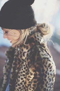 黒ニット帽×ルーズなくるりんぱのニット帽に合う髪型