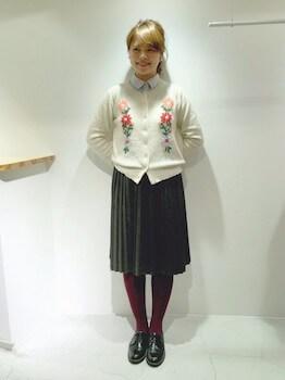 刺繍入りニット×プリーツスカート×カラータイツ