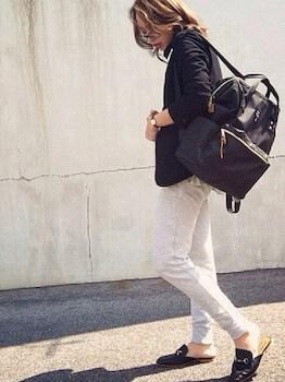 スリッパサンダル×黒ジャケット×白デニムパンツ