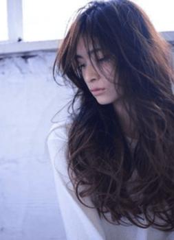 ロングのボリュームカールの髪型