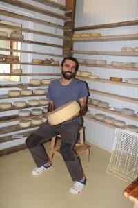 Marc Muntanya a l'obrador on elabora els formatges