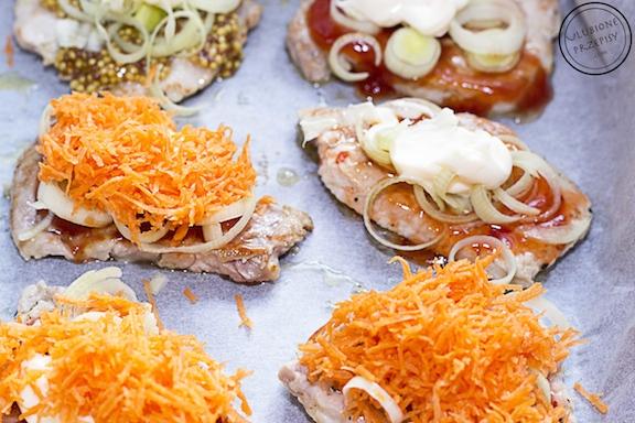 kotlety schabowe zapiekane z majonezem, marchewką i porem