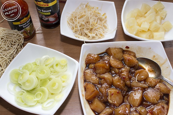Chow mein z kurczakiem i ananasem