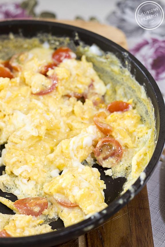 Jajecznica z pomidorami i mozzarellą
