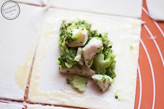 Sakiewki z ciasta francuskiego z kurczakiem i brokułami