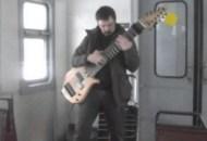 1424297702_Gitarist-muziciruet-na-samodel-noiy-12-strunnoiy-gitare