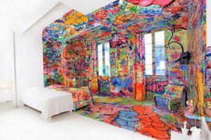 カラフルな色を使って自由に描かれたお洒落な部屋