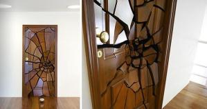 叩き割られたドア