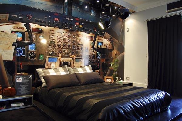 パイロットになる夢を諦めきれない男性の寝室