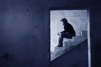 Donna sola seduta sulle scale
