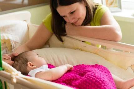 mamma che mette a dormire il bambino