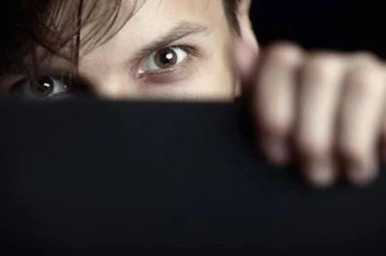 Occhi di un uomo che si nasconde