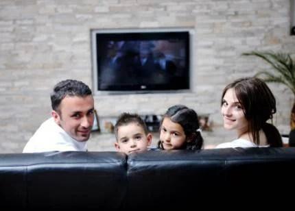 famiglia che guarda la tv