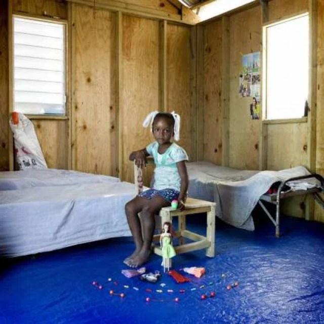 bambina con giocattoli