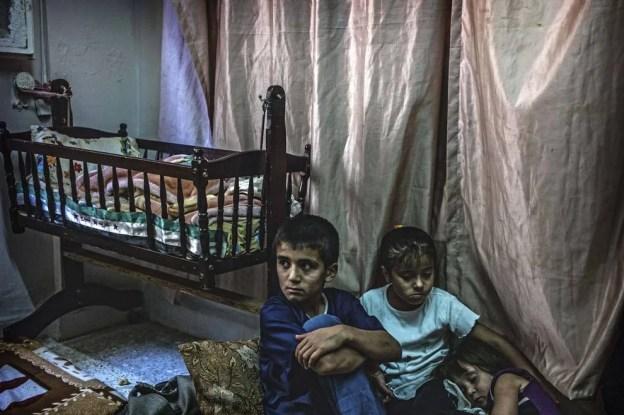 bambini in casa molto povera