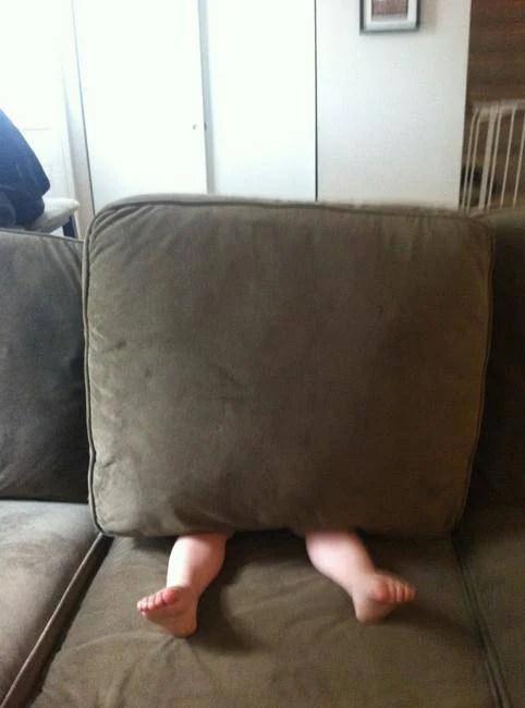 bimbo nascosto dietro cuscino