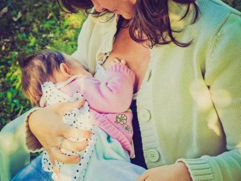 mamma che allatta una bimba