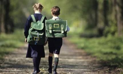bambini camminano con cartella