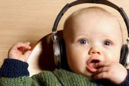 bimbo ascolta musica
