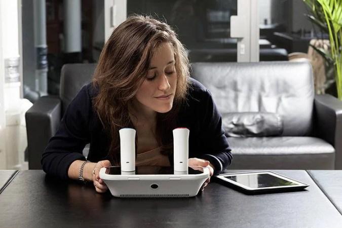 una donna riceve un messaggio profumato su o--phone