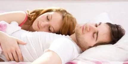 coppia dorme