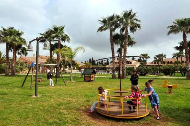 bambini parco giochi