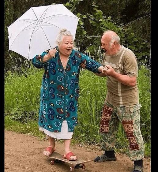 donna anziana su skyteboard