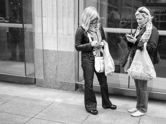 donne con spesa e smartphone