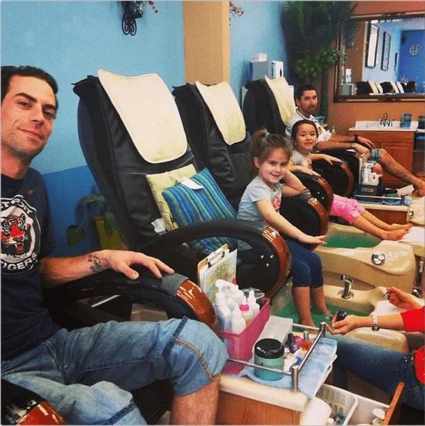 padre pedicure con figlie