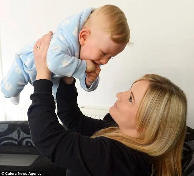 mamma gioca col figlio