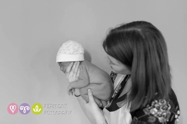 neonato con cuffietta