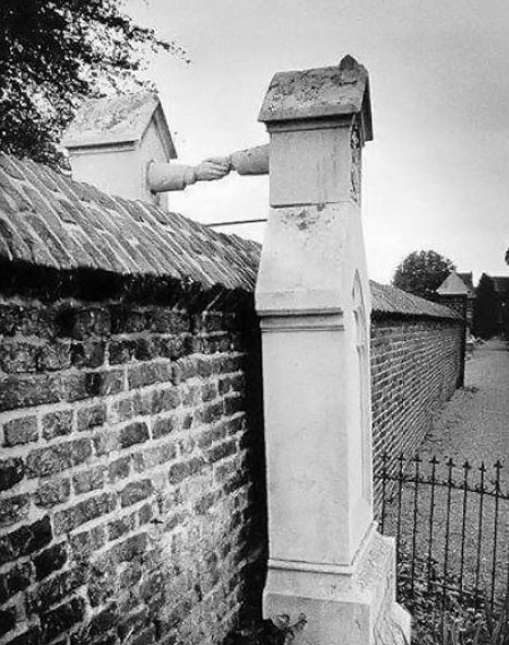 Oud-Kerkhof-graves-with-hands