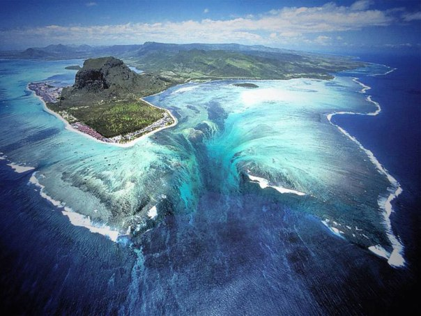 Cascade sous-marine Underwater-waterfall-trench-le-morne-mauritius-1
