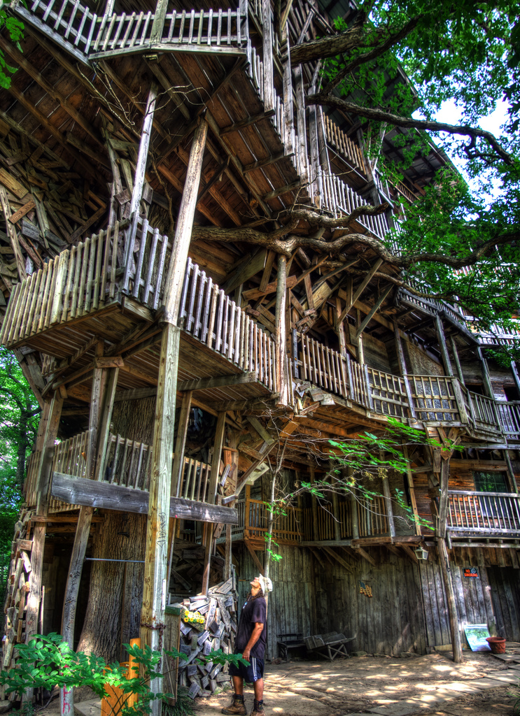 The minister s tree house the largest tree house in the - Biggest treehouse in the world ...