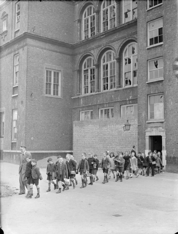 http://i2.wp.com/upload.wikimedia.org/wikipedia/commons/4/4c/London_Schools_in_Wartime-_School_Life_in_London%2C_England%2C_1941_D3156.jpg?resize=611%2C800&ssl=1