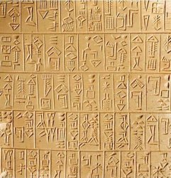 Trecho de uma placa de barro claro com escrita cuneiforme em colunas