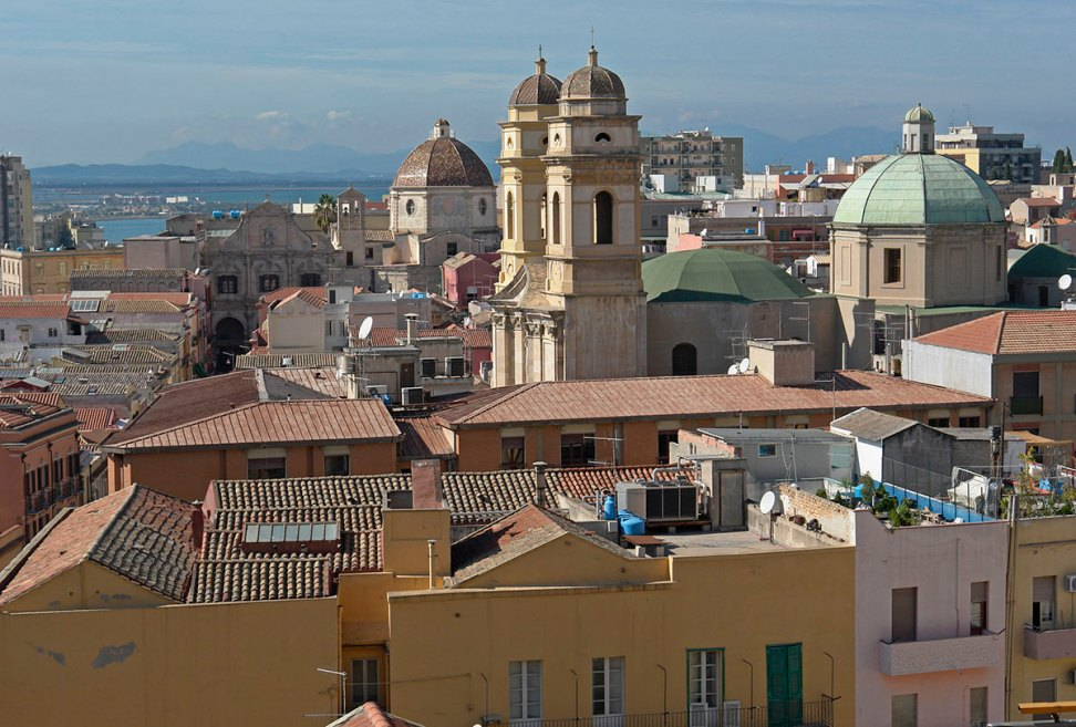 http://i2.wp.com/upload.wikimedia.org/wikipedia/commons/c/c2/Cagliari_blick-von-burg_richtung_westen.jpg?resize=972%2C657&ssl=1