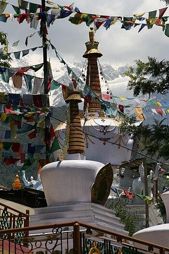 English: Tibetan Stupas below the Tsuglag Khan...