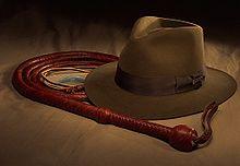 Borsalino, frusta e revolver di Indiana Jones.