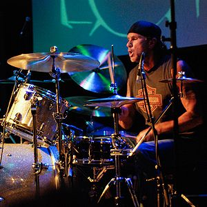 Chad Smith performing at a drum clinic in 2007.