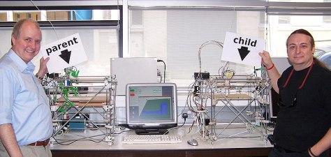 Adrian Bowyer e Vik Olliver con una stampante RepRap ed un clone prodotto dall'originale.