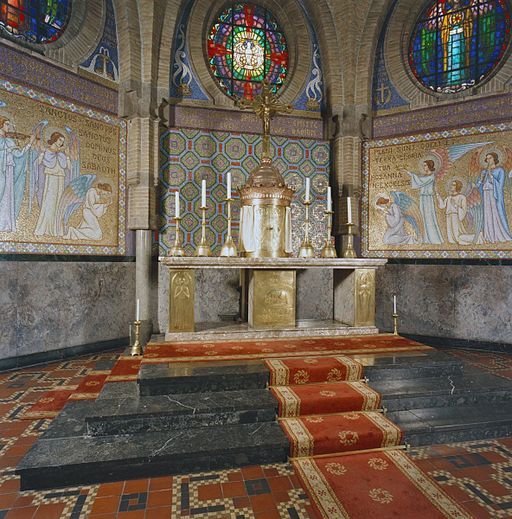 Agathakerk Beverwijk van Joseph Cuypers en Pierre J.J.M. Cuypers junior, hoofdaltaar, marmer en koper (Lambert Lourijsen) met tabernakel, kruis en reliëf (1925) – RCE  20291240