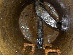 English: Circular sewer manhole Nederlands: Ro...