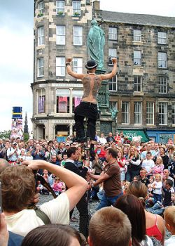 English: Street performer on the Royal Mile, E...