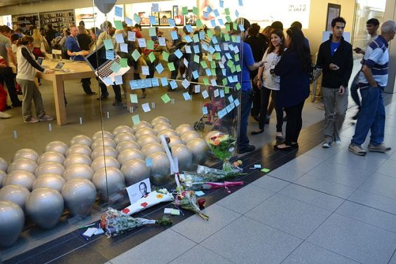 English: People pay tribute outside the Toront...