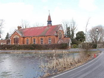English: Pond and church, Mill Hill Village. T...