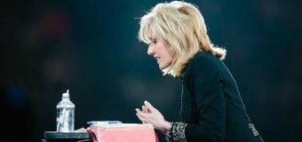 Beth Moore Calls Young Christians to Embrace Both Truth, Love at Passion 2017