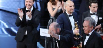 """Moonlight"" Upsets ""La La Land"" to Win Best Picture After Major Oscar Gaffe (Video)"