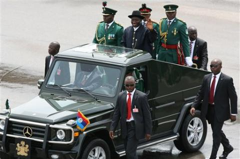 Goodluck.Jonathan.rides-in-mercedes-jeep-oct1.2010.Abuja-APpix1.jpg